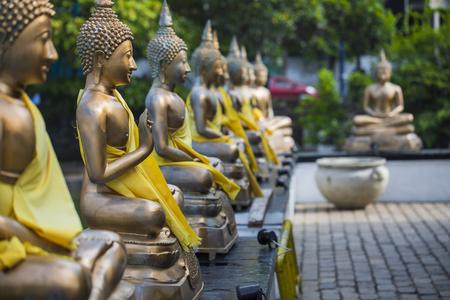 Buddha-Statuen in Tempel Seema Malaka, Colombo, Sri Lanka Standard-Bild - 69628317