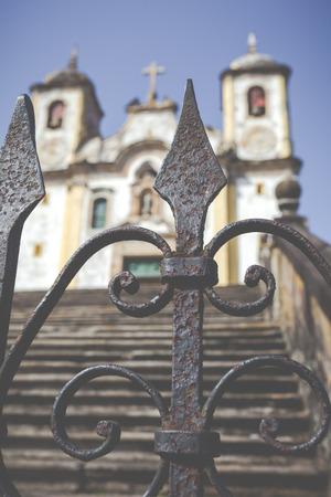 Uitzicht op de Igreja de São Francisco de Assis van de UNESCO World Heritage stad van Ouro Preto in Minas Gerais Brazilië Stockfoto - 69232981