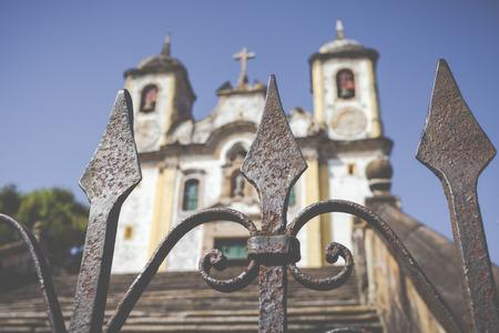 Uitzicht op de Igreja de São Francisco de Assis van de UNESCO World Heritage stad van Ouro Preto in Minas Gerais Brazilië Stockfoto - 69303602
