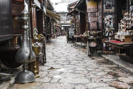 올드 타운 사라예보 (Old Town Sarajevo)의 관광객과 관광객을위한 기념품으로 사용되는 구리 제품. 보스니아 헤르체고비나. 에디토리얼