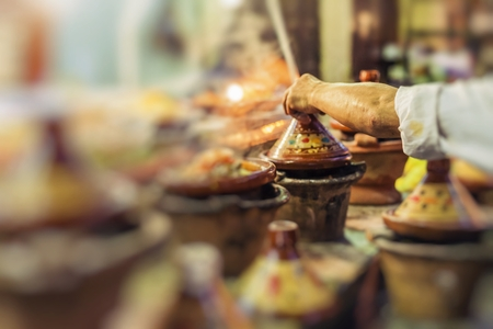utensilios de cocina: Selección de tajines marroquíes muy coloridos (cacerolas tradicional)