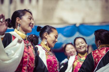 LEH, INDIA - SEPTEMBER 20, 2017: Unidentified artists in Ladakhi costumes at the Ladakh Festival on September 20, 2017, Leh, India. Редакционное