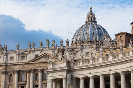 """Detail van het paleis van het Vaticaan, """"The Dome"""". Uitzicht op Piazza San Pietro in Rome."""