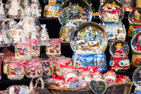 Various Christmas snow globes at a Christmas market in Berlin, Germany. Stockfoto