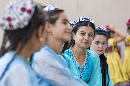 KHIVA, UZBEKISTAN - AUGUST 26, 2018: Folk dancers performs traditional dance at local festivals. Stok Fotoğraf - 120297035