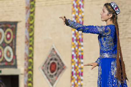 KHIVA, UZBEKISTAN - AUGUST 26, 2018: Folk dancers performs traditional dance at local festivals. Stok Fotoğraf - 120297050