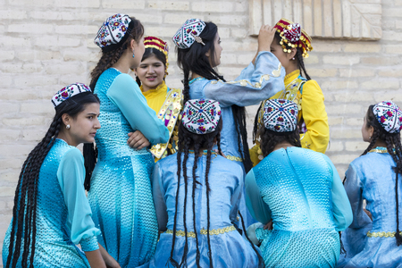 KHIVA, UZBEKISTAN - AUGUST 26, 2018: Folk dancers performs traditional dance at local festivals. Stok Fotoğraf - 120297056