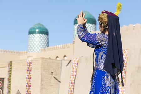 Folk dancers performs traditional dance at local festivals in Khiva, Uzbeksitan. Stok Fotoğraf - 107709093