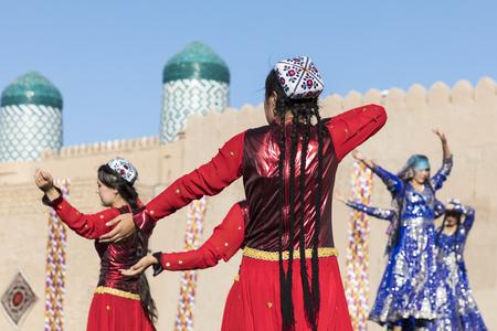 Folk dancers performs traditional dance at local festivals in Khiva, Uzbeksitan. Stok Fotoğraf - 107700772