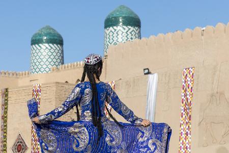 Folk dancers performs traditional dance at local festivals in Khiva, Uzbeksitan. Stok Fotoğraf - 107700782