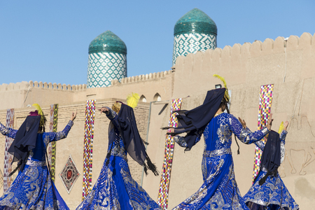 Folk dancers performs traditional dance at local festivals in Khiva, Uzbeksitan. Stok Fotoğraf - 107709525