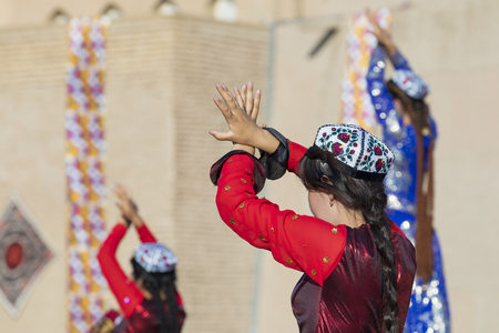 Folk dancers performs traditional dance at local festivals in Khiva, Uzbeksitan. Stok Fotoğraf - 107709526