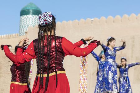 Folk dancers performs traditional dance at local festivals in Khiva, Uzbeksitan. Stok Fotoğraf - 107709529