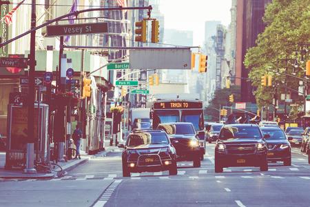 NEW YORK - 2. SEPTEMBER 2018: New York City Street Road in Manhattan im Sommer, viele Autos, gelbe Taxis und vielbeschäftigte Menschen gehen zur Arbeit.