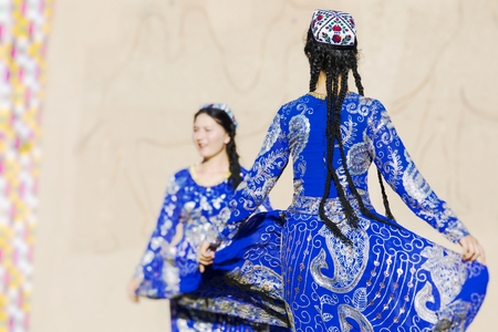 Folk dancers performs traditional dance at local festivals in Khiva, Uzbeksitan. Stok Fotoğraf - 115236950