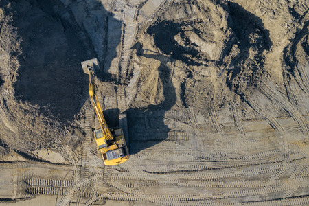 Aerial view of excavator and construction equipment. Machinery and mine equipment from above. Top view of industrial place. Photo captured with drone. Imagens - 117526437