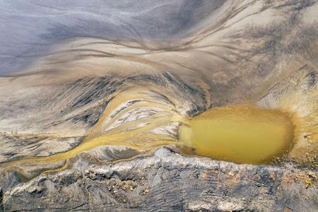 Luftaufnahme des surrealistischen Industrieplatzes. Auswirkungen des Menschen auf die Umwelt. Von oben betrachten. Foto mit Drohne aufgenommen.