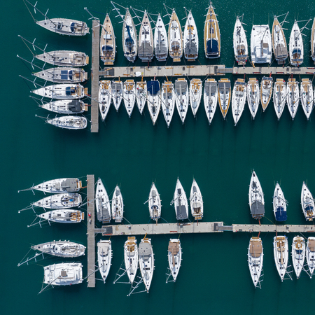 Aerial view of a lot of white boats and yachts moored in marina. Photo made by drone from above. Stockfoto