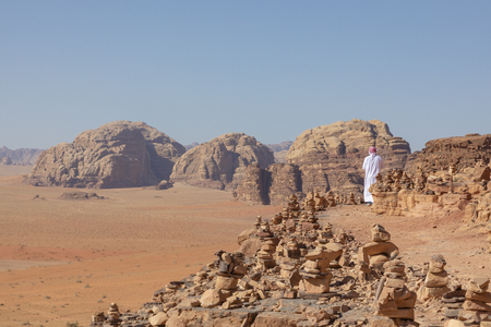 Bedouin and Panoramic view of the Red Desert in Wadi Rum, Jordan, Middle East. Standard-Bild - 124316532