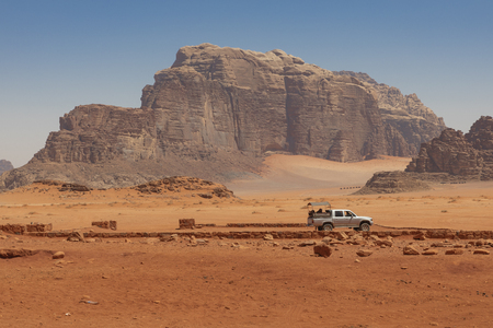 Bedouin's car jeeps and tourists, Wadi Rum desert in Jordan, Middle East. Standard-Bild - 124316586