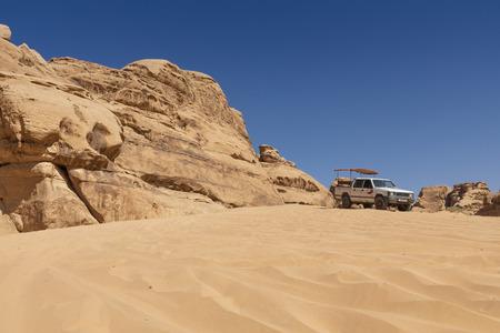 Bedouin's car jeeps and tourists, Wadi Rum desert in Jordan, Middle East. Standard-Bild - 124336859