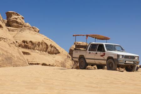 Bedouin's car jeeps and tourists, Wadi Rum desert in Jordan, Middle East. Standard-Bild - 124336861