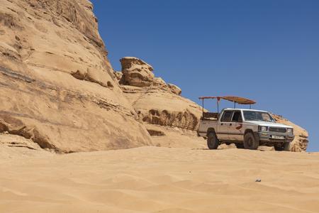 Bedouin's car jeeps and tourists, Wadi Rum desert in Jordan, Middle East. Standard-Bild - 124336862