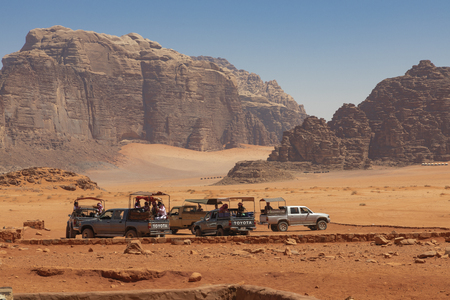 Bedouin's car jeeps and tourists, Wadi Rum desert in Jordan, Middle East. Standard-Bild - 124336865