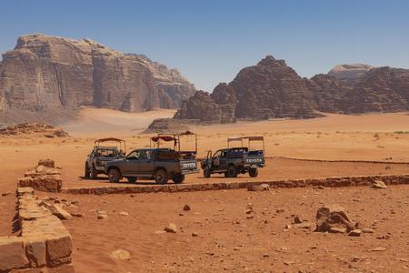 Bedouin's car jeeps and tourists, Wadi Rum desert in Jordan, Middle East. Standard-Bild - 124336867