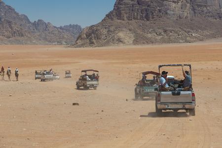 Bedouin's car jeeps and tourists, Wadi Rum desert in Jordan, Middle East. Standard-Bild - 124336868
