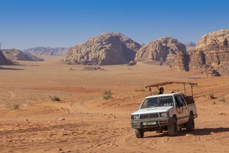 Bedouin's car jeeps and tourists, Wadi Rum desert in Jordan, Middle East. Standard-Bild - 124336871