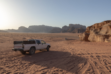Bedouin's car jeeps and tourists, Wadi Rum desert in Jordan, Middle East. Standard-Bild - 124336872