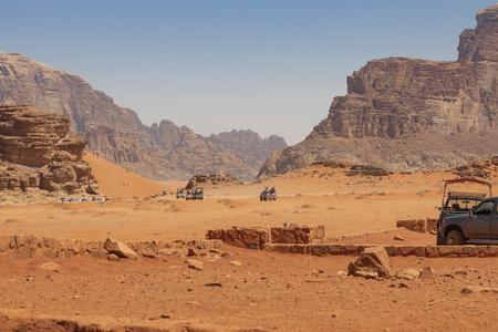 Bedouin's car jeeps and tourists, Wadi Rum desert in Jordan, Middle East. Standard-Bild - 124336873