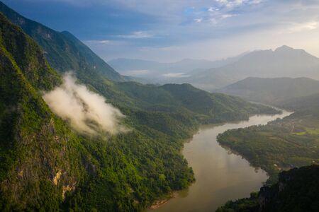 Luftaufnahme der Berge und des Flusses Nong Khiaw. Nord-Laos. Südostasien. Foto von Drohne von oben gemacht. Vogelperspektive. Standard-Bild
