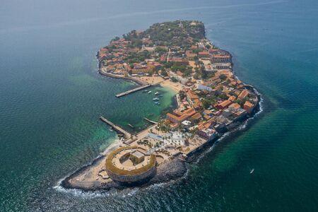 Luchtfoto van Goree Island. Gorée. Dakar, Senegal. Afrika. gemaakt door drone van bovenaf. Website.