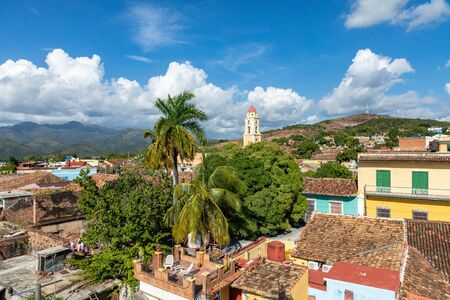 Trinidad, horizonte panorámico con montañas y casas coloniales. El pueblo y principal monumento turístico de la isla caribeña. Cuba. Foto de archivo