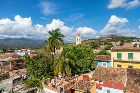 Trinidad, Panorama-Skyline mit Bergen und Kolonialhäusern. Das Dorf und das wichtigste touristische Wahrzeichen der Karibikinsel. Kuba. Standard-Bild