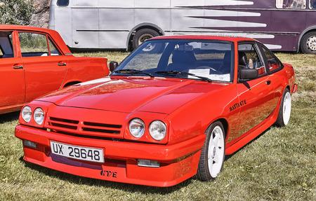 Froya Insel, Norwegen - 24. Juli 2016: Seite des klassischen Opel Manta GTE Auto in Rot bei Autos zeigen in norwegischen Islanders Classic Car Club - Kysttreffet 2016. Insel im Atlantischen Ozean und norwegischen Fjord.