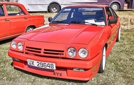 Froya Insel, Norwegen - 24. Juli 2016: Vor dem klassischen Opel Manta GTE Auto in rot bei Autos zeigen in norwegischen Islanders Classic Car-Club - Kysttreffet 2016. Insel im Atlantischen Ozean und norwegischen Fjord.