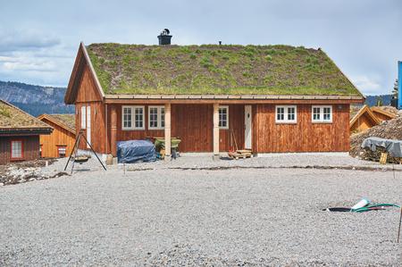 Gautefall, Norwegen - 2. Mai 2015: Das Gebäude, das auf den alten Traditionen der Region in Norwegen modelliert wurde, nannte Telemark. Grünes Dach.
