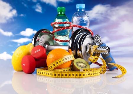 nutrici�n: mancuernas de acero de fitness y frutas Foto de archivo