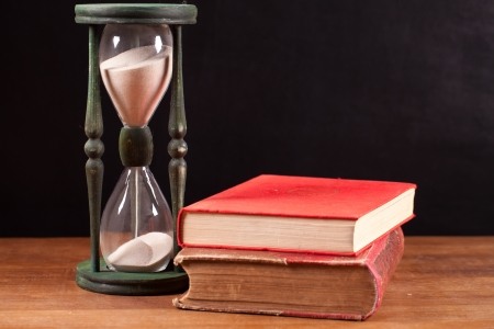 boeken en zandloper Stockfoto