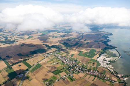 Luchtfoto van het dorp landschap met wolken Stockfoto