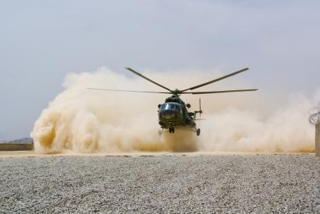 Atterraggio per elicotteri in nube di polvere Archivio Fotografico - 16696510