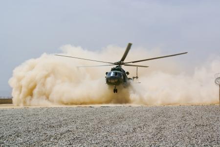 helicopter landing in wolk van stof