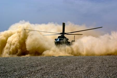 Atterraggio per elicotteri in nube di polvere Archivio Fotografico - 16696570