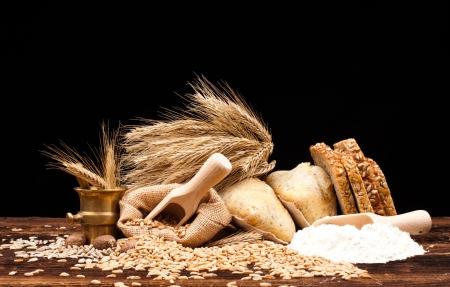 Assortimento di pane cotto sul tavolo di legno e sfondo nero Archivio Fotografico - 18472302