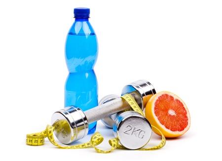 Fitness dumbells en vruchten geà ¯ soleerd op wit Stockfoto - 18166295