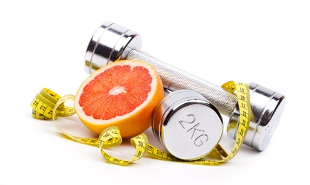 pomelo: mancuernas de fitness y frutas aislados en blanco