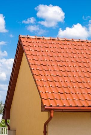 trussing: tetto rosso con il cielo blu